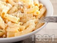 Варени макарони с орехи, сметана и сирене ементал и пармезан